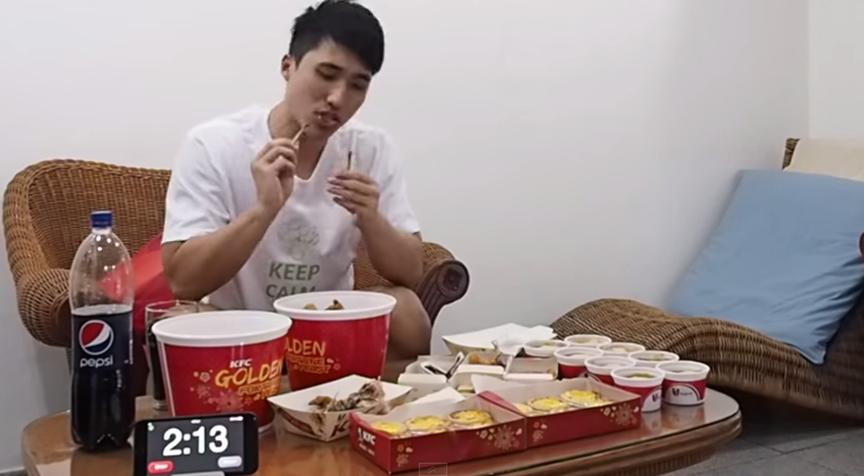 93727-新加坡猛男吞一万卡路里肯德基家乡鸡,结果六块腹肌立刻消失!2