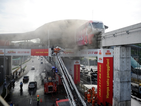 Monorial 单轨列车发生故障  轮胎着火!2