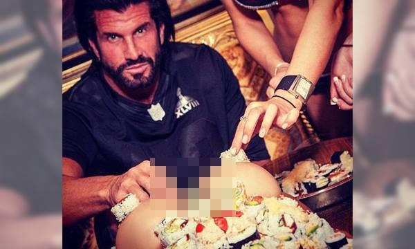 女郎身上摆满寿司,贝诺邀请宾客一起吃人体寿司。-图取自《每日邮报》-