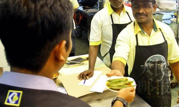 槟州贸消部执法人员上门要求解释,何以一碟羊角豆竟会收费20令吉。—人民邮报Adib摄—