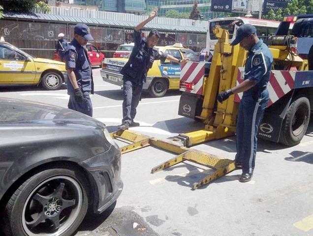 吉隆坡市政厅将不会对超时的车主开罚单,而改用上锁至拖走的方式处置。这是为了遏制摩托车骑士长期霸占位置,阻挡其他驾车人士泊车。