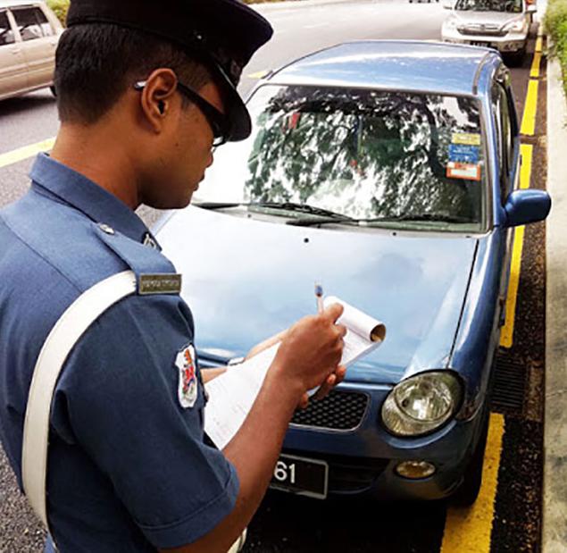 吉隆坡市政厅将不会对超时的车主开罚单,而改用上锁至拖走的方式处置。这是为了遏制摩托车骑士长期霸占位置,阻挡其他驾车人士泊车。02
